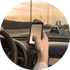 Man aan het appen en rijden